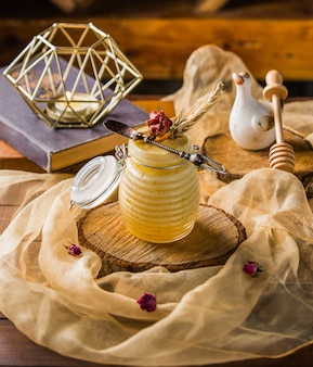Una jarra de miel mezcla cóctel una bufanda de gasa.
