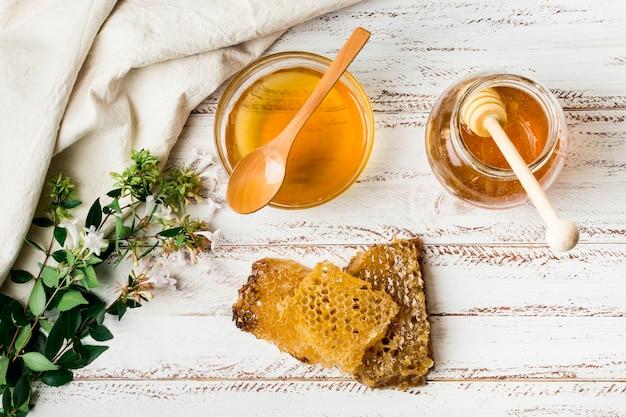 Jarra de miel con panal