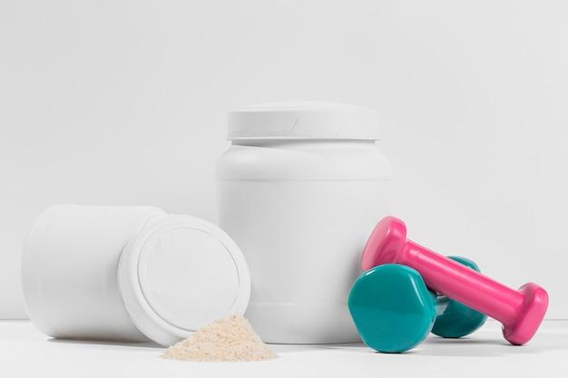 Jarra de suplementos de polvo de gimnasio con pesas