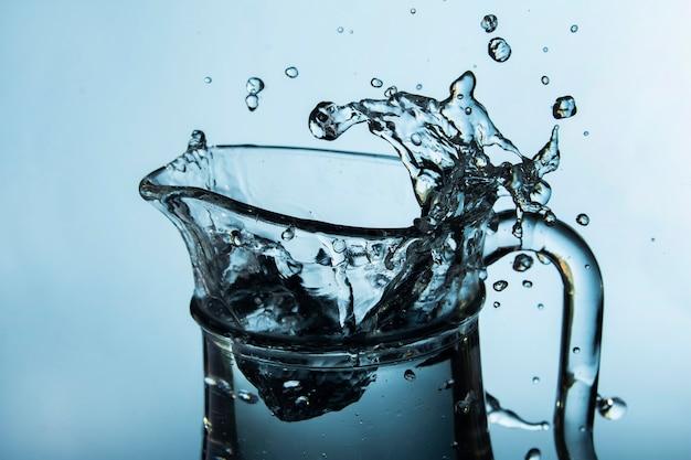Jarra transparente con salpicaduras de agua