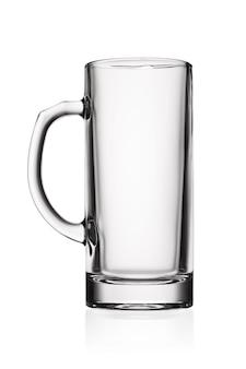 Jarra transparente transparente vacía para cerveza aislado sobre fondo blanco.