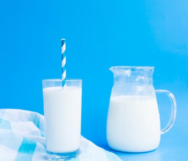 Jarra y vaso de leche con una pajita