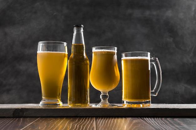 Jarra de vidrio y botella de cerveza