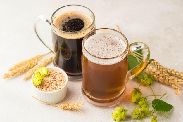 Jarras de cerveza de ángulo alto y semillas de trigo