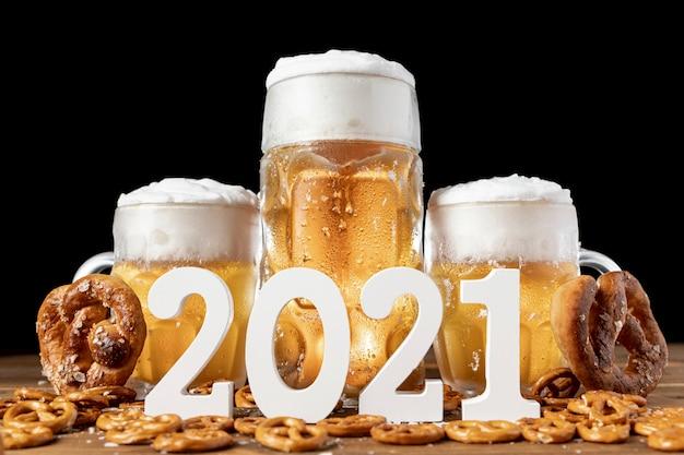 Jarras de cerveza bávara con pretzels en una mesa