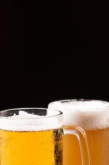Jarras de cerveza fría con espuma