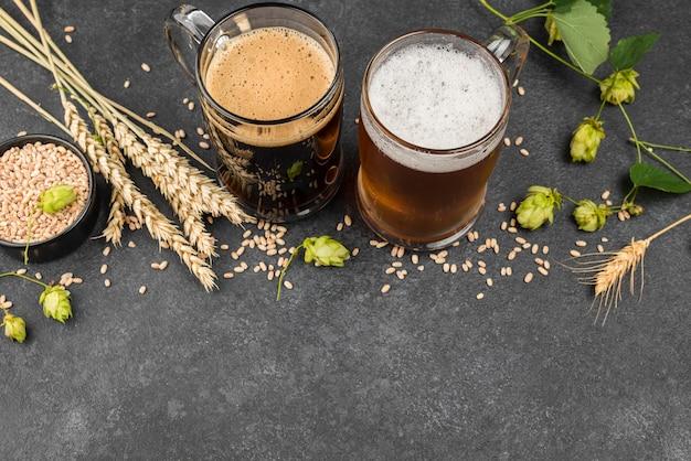 Jarras de cerveza y marco de semillas de trigo.