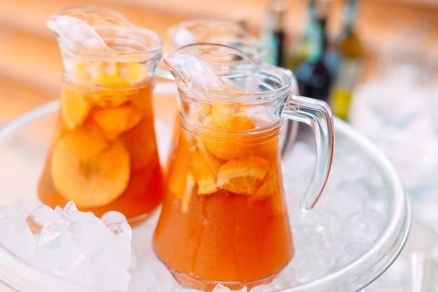 Jarras de limonada en el hielo.
