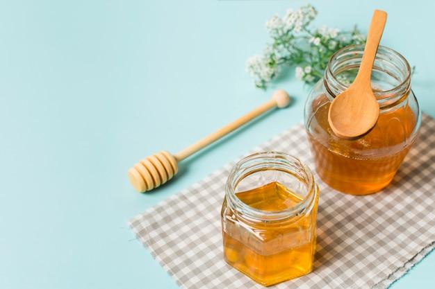 Jarras de miel con cucharas