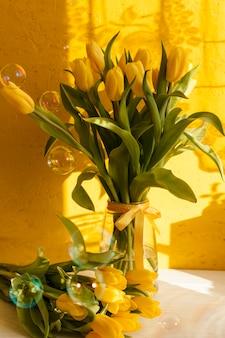 Jarrón de alto ángulo con flores florecientes