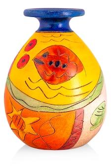 Jarrón de cerámica con adorno sobre un blanco.