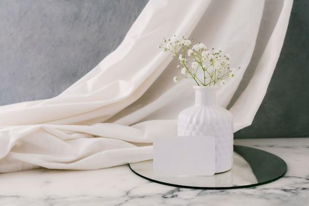 Jarrón de cerámica con flores en la mesa