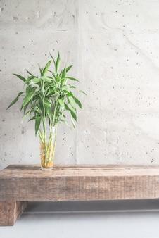 Jarrón de decoración vegetal con habitación vacía.