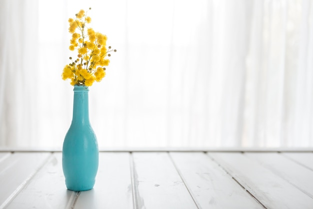Jarrón decorativo con flores amarillas