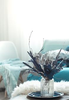 Jarrón con flores artificiales en el salón.