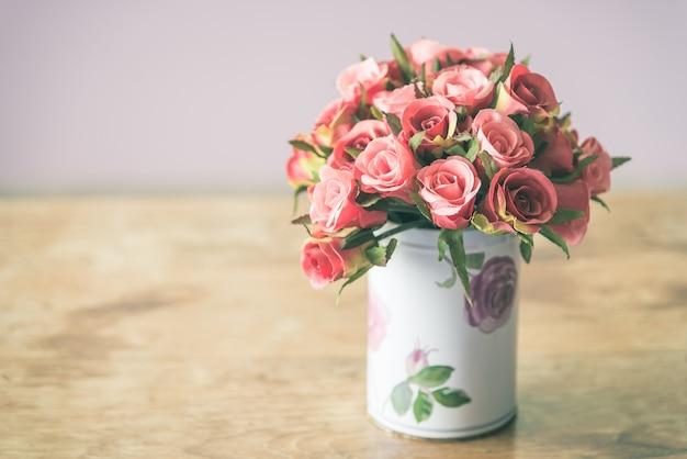 Jarrón con flores decorativas
