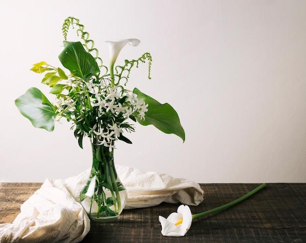 Jarrón con hermoso arreglo floral.