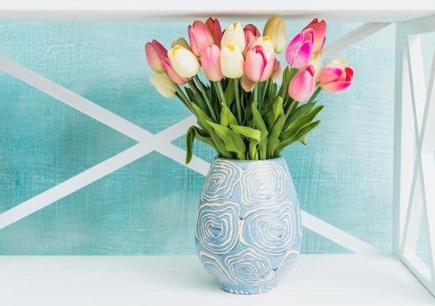 Jarrón pintado con tulipanes.