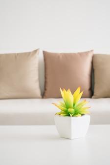 Jarrón planta sobre mesa
