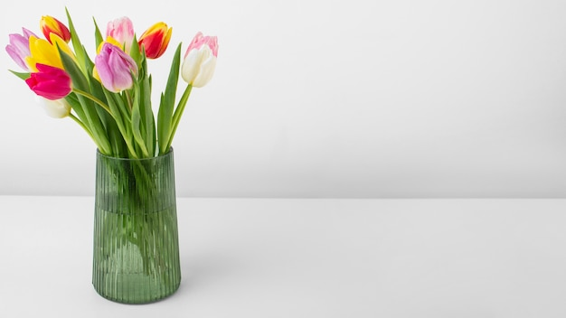 Jarrón con tulipanes y espacio de copia