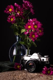 Jarrones de alto ángulo con flores de primavera