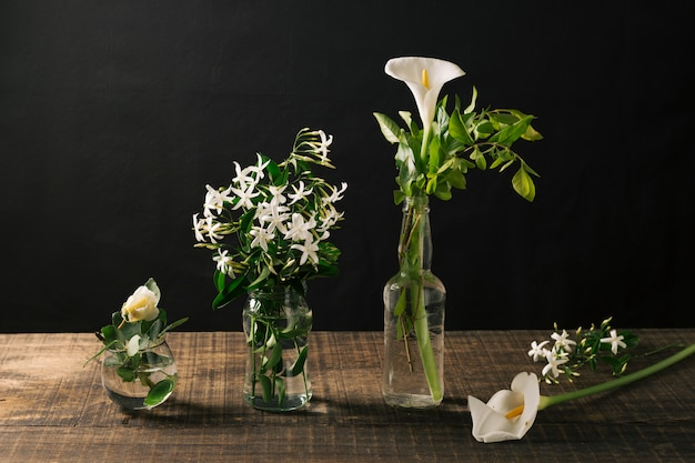 Jarrones de vidrio con flores blancas.