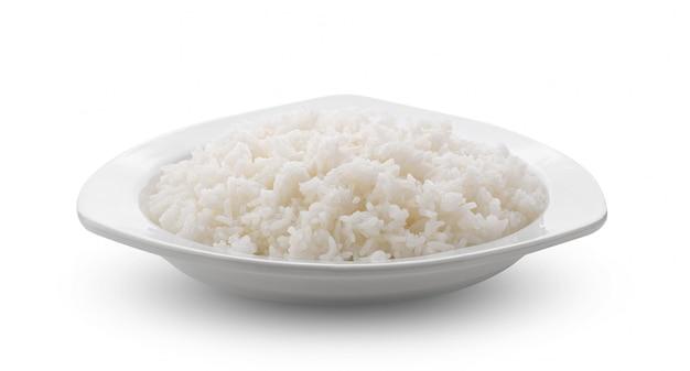 Jasmin rice cocido en plato blanco sobre pared blanca