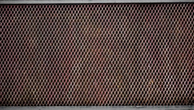 Jaula oxidada de alambre de metal