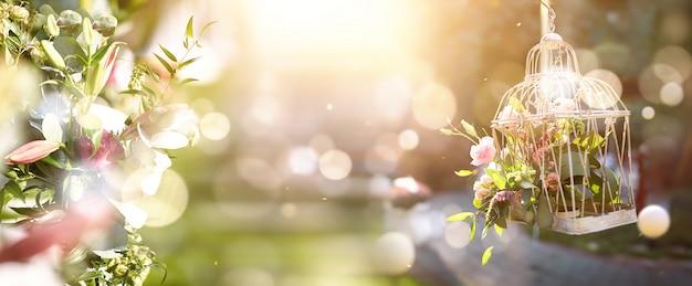 Jaula con un ramo de rosas. gran ramo de flores