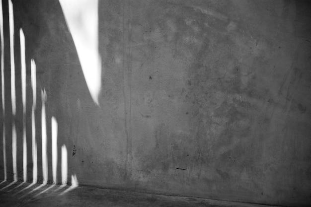 Jaula con sombra en pared y piso.
