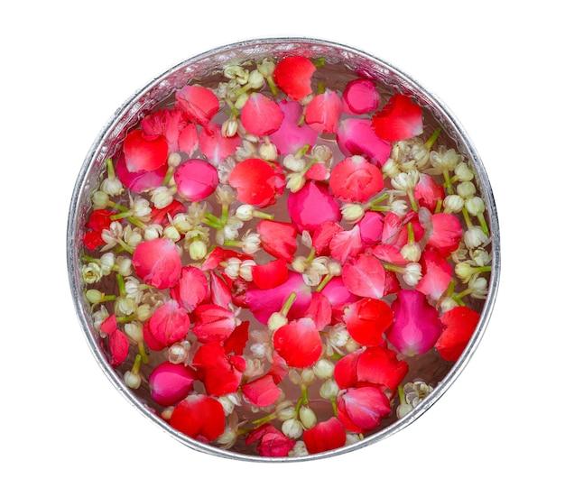 Jazmín y rosas en cuenco de plata, festival de songkran en tailandia