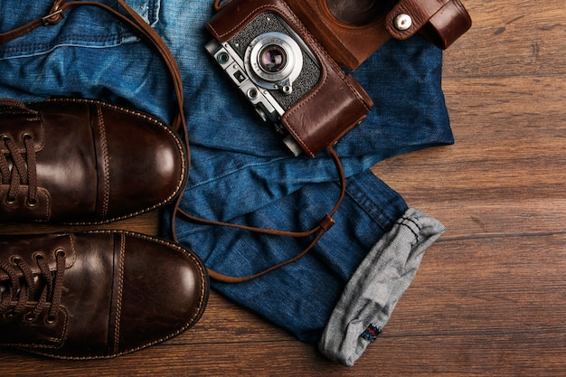 Jeans, botas y cámara fotográfica.