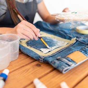 Jeans de pintura de mujer de primer plano