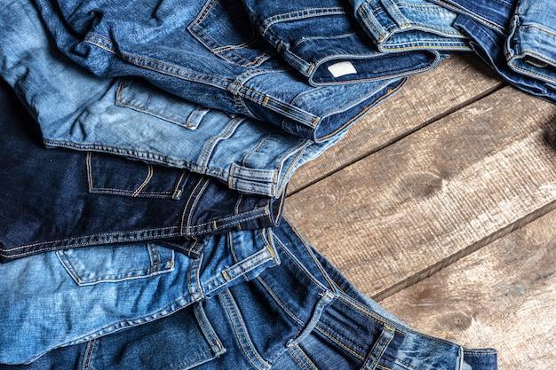 Jeans sobre fondo de madera