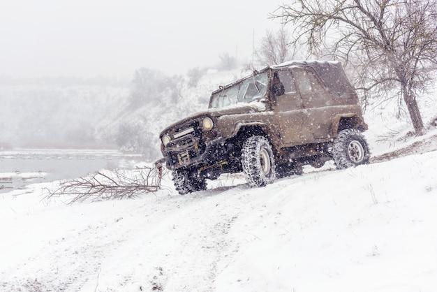 Jeeps compitiendo en competición de rally de invierno