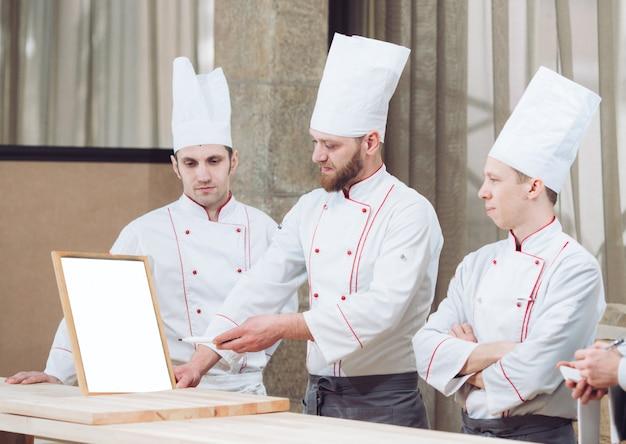 Jefe de cocina y su personal en la cocina.
