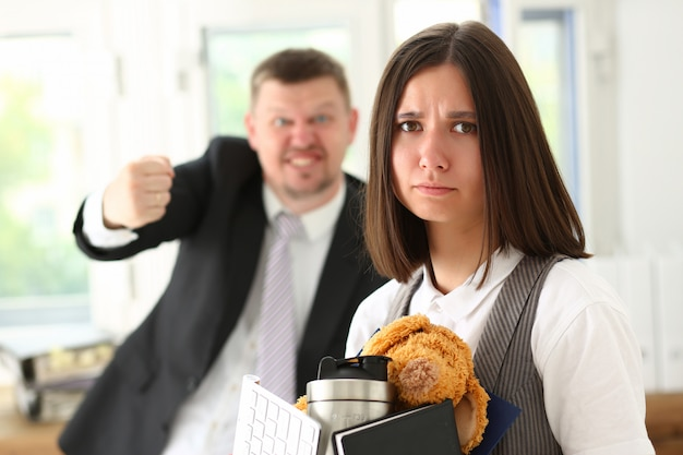 Jefe enojado gritando apunta el brazo para salir