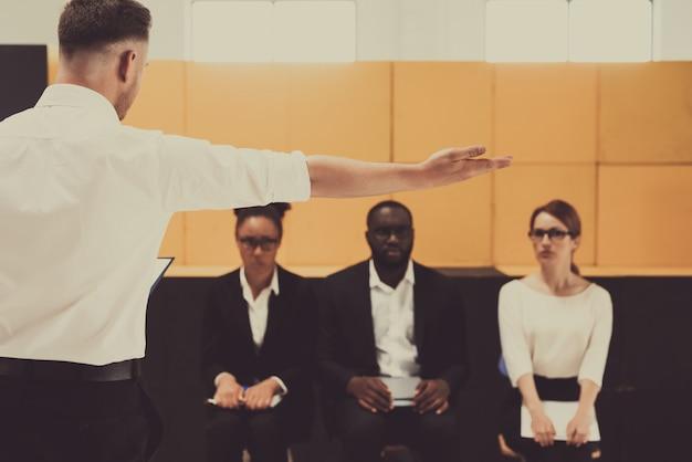El jefe está expulsando al gerente afroamericano masculino.