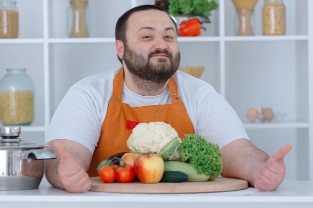 Jefe de familia posando en la cocina