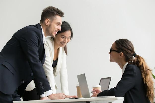 Jefe femenino confiado hablando con subordinados