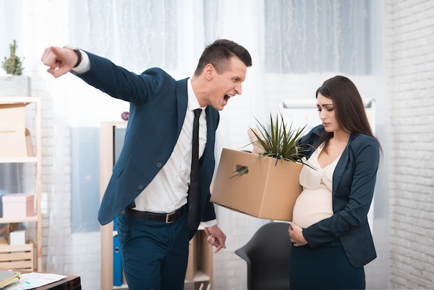 Jefe furioso furioso gritando a un empleado embarazada