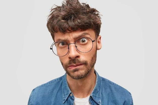Jefe de hombre serio con peinado de moda se ve desconcertado