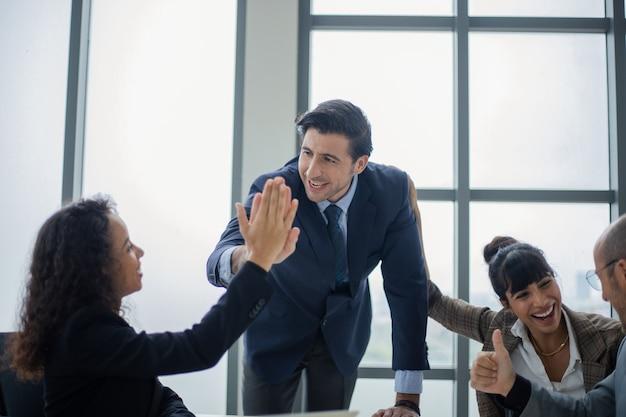 Jefe masculino sonriente hablando con el negocio del equipo de negocios. concepto de tecnología y oficina.