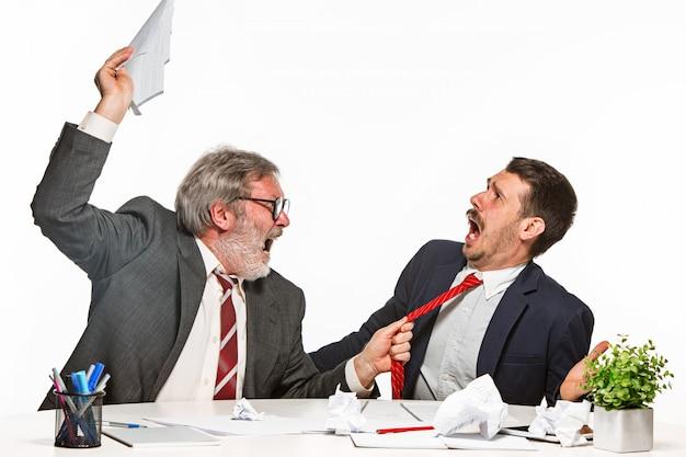 Jefe regañando a su empleado