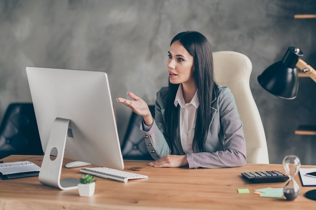 Jefe representante niña sentarse trabajo de escritorio computadora pc remota tiene collares de red en línea conferencia plan de salida de crisis discusión usar traje chaqueta chaqueta en el lugar de trabajo