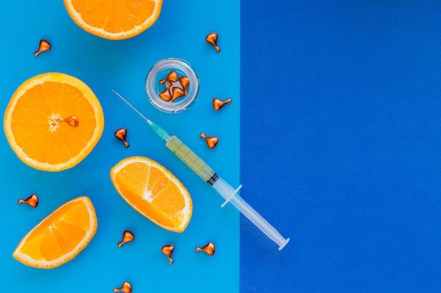 La jeringa está lista para la inyección de mesoterapia. vitaminas contra medicamentos. ampollas y jeringas de suero de cosméticos naturales antienvejecimiento. varios medicamentos, - cápsulas, píldoras