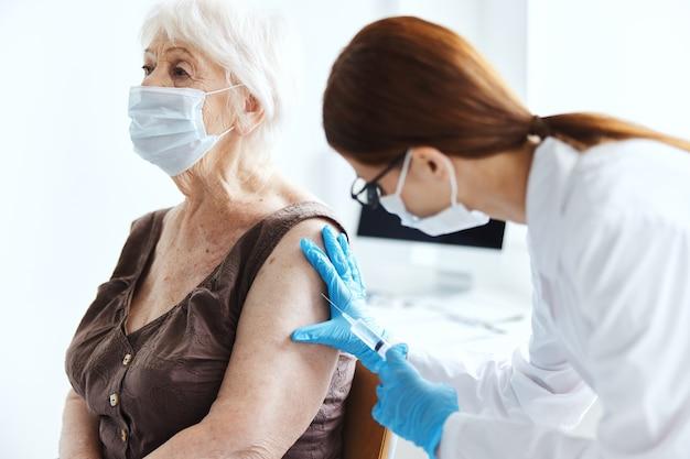Jeringa de paciente de hospital con protección de inmunidad de vacuna