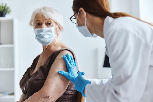 Jeringa para el paciente y el médico con la epidemia del virus de la vacuna.