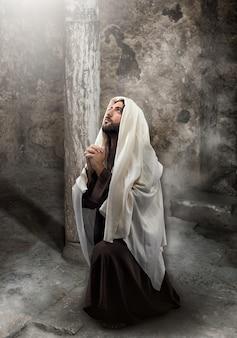 Jesús se arrodilla en oración