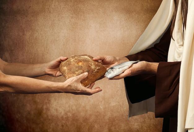 Jesús da pan y pescado.
